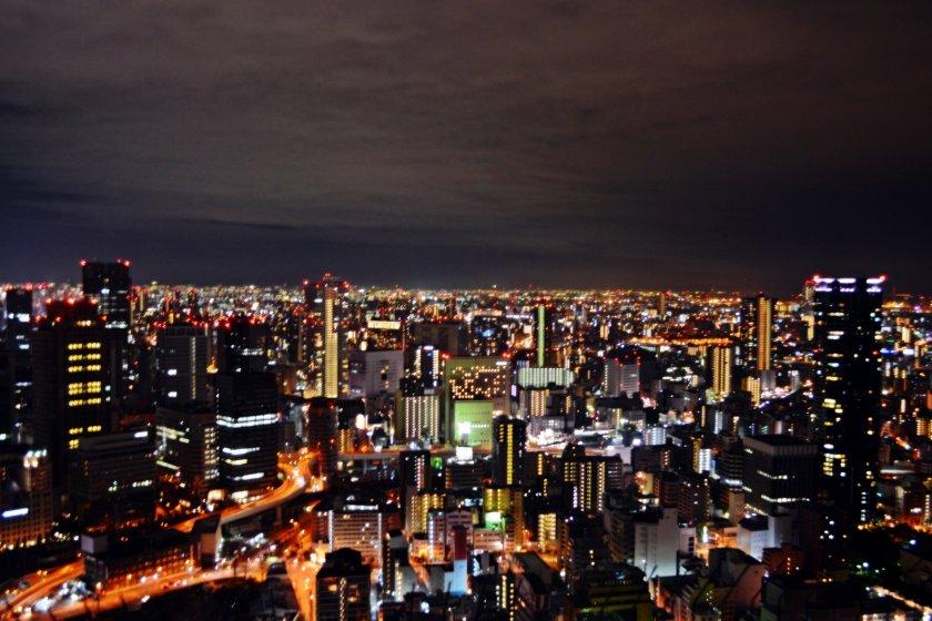 วิวมุมสูงของเมืองโอซาก้าจากสวนFloating Garden Observatory บนชั้น 40 ของตึก Umeda Sky Building