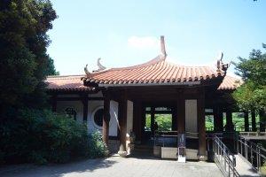 ศาลาพักแบบจีน เรียกว่าคิวโงเรียวเต (Kyu Goryotei)