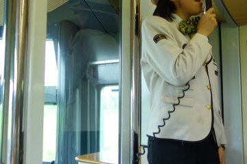 <p>มีพนักงานบรรยายและขายของที่ระลึกบนรถไฟ Yufuin no mori ตลอดทาง</p>