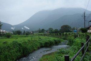 บรรยากาศวันฝนพรำนี่มันยิ่งทำให้เมืองเล็กกลางหุบเขาอย่าง Yufuin มีเสน่ห์ขึ้น ว่าไหม