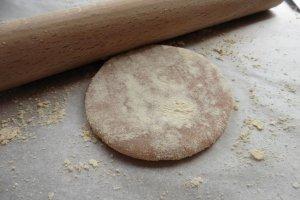 揉搓糕点面团,撒上大量「きなこ」, 日式大豆粉