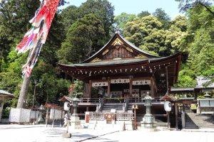 อาคาร 'คะกุระเด็น' (kagura-den) อาคารสำหรับพิธีฟ้อนรำหรือเล่นดนตรีของลัทธิชินโต