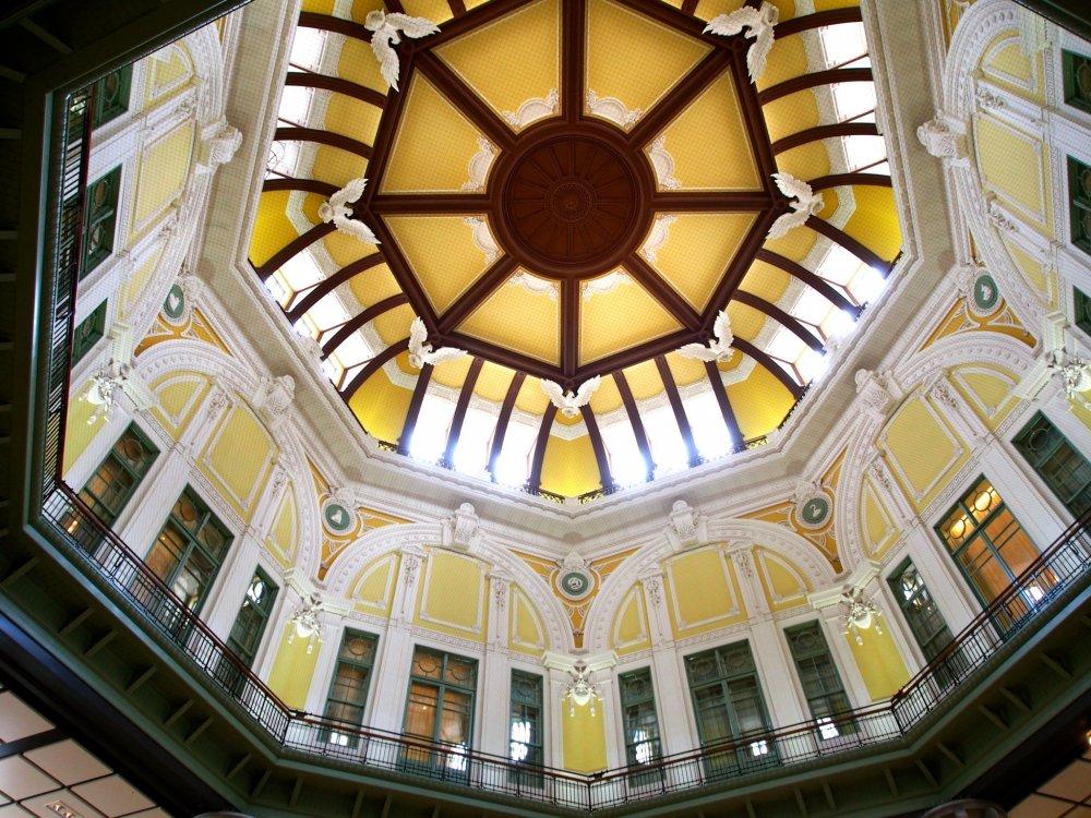Kiến trúc của nhà ga là một kết hợp hấp dẫn của phong cách cũ và mới