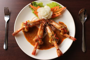 <p>CHOO CHEE GOONG (Fried tiger prawns topped with red curry)</p>