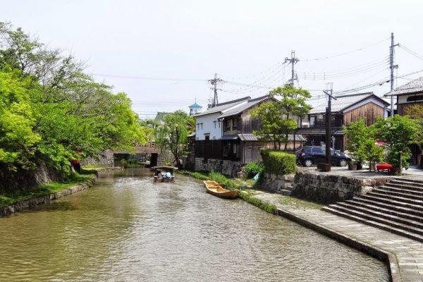 คลองฮะชิมานโบะริ คลองที่ขุดขึ้นในสมัยโบราณเพื่อใช้เป็นการขนส่งระหว่างทะเลสาบบิวะ (Biwa) กับเมืองเก่า มีบริการเรือนำเที่ยวพานักท่องเที่ยวชมความงามของบ้านเรือนสองฝั่งคลอง