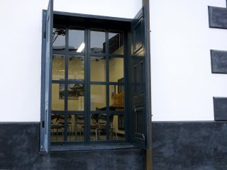 Cửa sổ nhỏ có cửa chớp màu xám đậm