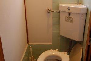 ห้องน้ำเล็กหน่อยแต่ทิชชู่พร้อม