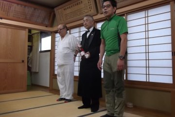 <p>Организаторы представляют сомелье из Токио</p>