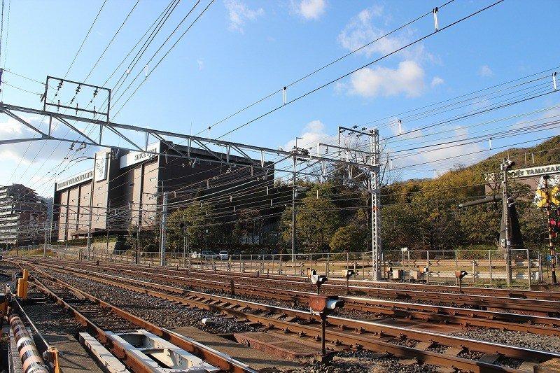 JR東海道線「山崎駅」を降り、線路伝いに歩くと、向こうに山崎蒸溜所がそびえている