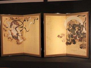 俵屋宗達作「風神雷神図屏風」。本物は京都府美術館に所蔵されている。これは超高精度技術で複製されたもの