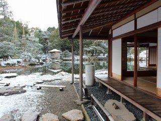 東南西と回りこむように水の流れと池が建物を囲む