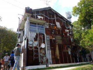 歯医者の家と診療室だったこの建物は、芸術家である大竹伸朗の彫刻のパッチワーク「舌上夢」に生まれ変わった