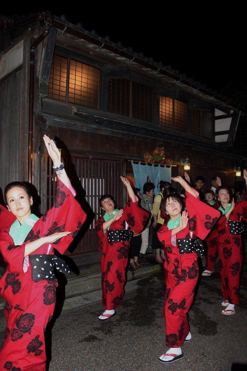 """""""오비노마치노나가시""""는 미쿠니 마을의 그곳을 9개의 줄로 나눠서 행진한다"""