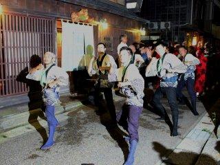남자춤은 예각적인 손놀림이 많고 움직임이 날카롭고 씩씩하다. 남자들의 볼만한 포즈가 여럿 있다