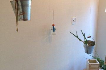 <p>黄金町市场之中的一件作品,这位艺术家还提到,如果可能,观者还可以&quot;浇浇水&quot;帮着小植物成长。</p>