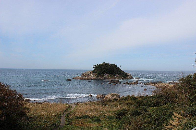 福井市糸崎町の国道から見える。引き潮になると島まで徒歩で渡ることができる