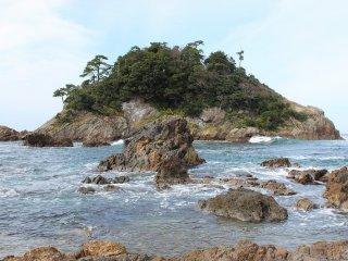 島の周囲は磯釣りの絶好のポイントとして釣りファンに人気が高い