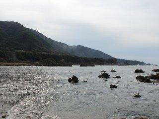 この亀島辺りから越前海岸はリアス式海岸の様相を見せる。山の稜線が海岸線ですとんと海に沈み、道路は海岸線ぎりぎりを走る