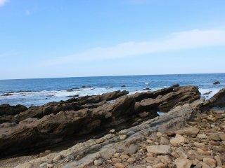 「弁慶の洗濯岩」辺りの岩は砂岩や堆積岩層が多く、波の侵食が見せる奇岩奇勝が絶景である
