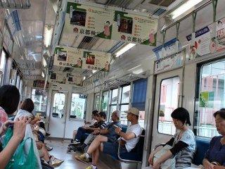 電車車内風景。この電車で小一時間で鞍馬へ着く