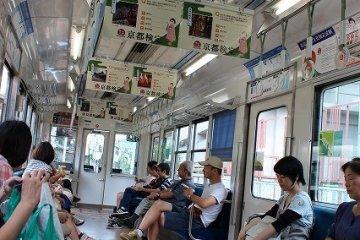 전차내풍경. 이 전철로 한 시간이면 쿠라마에 닿는다