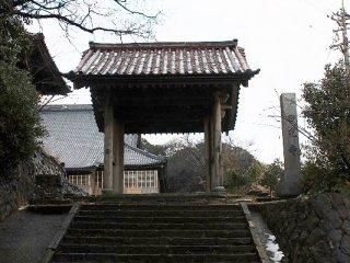 四脚門。町指定の重要文化財。大部分唐様から成るが建立は江戸初期を下らず、町内でもまれに見る桃山時代様式の名建築である
