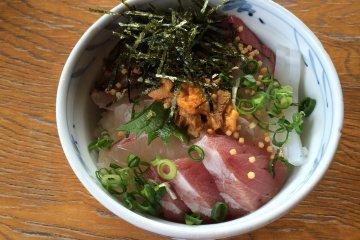 «Уми но ресторан Аоса» - ресторан, где можно отведать разные блюда из морских продуктов.