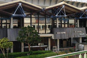 Рядом с морским терминалом находится Кайсайкан – современное здание с ресторанами, кафе, магазинами, где можно поискать местные сувениры из Амакусы. Здесь также находится операторский отдел морского терминала, информационный центр и выставочный зал моста Усибука Хайя.