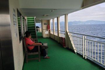 . Сядьте на верхней палубе и насладитесь летним бризом, оцените красивые виды покрытых лесами островов и далеких берегов.