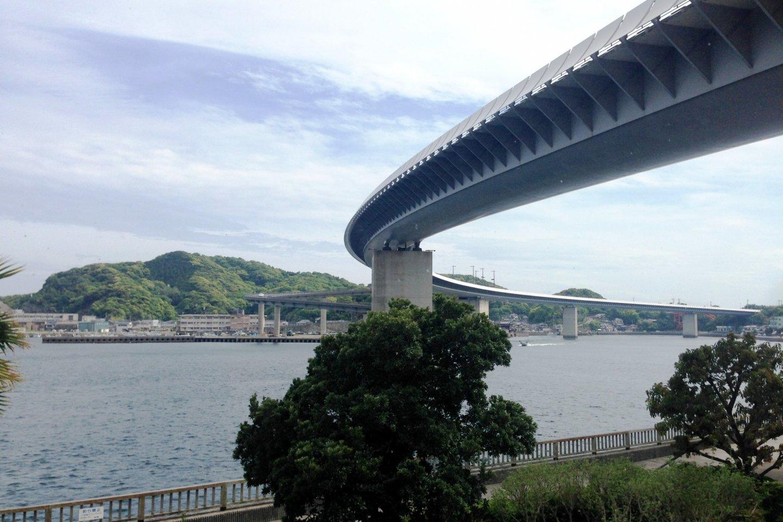 牛深ハイヤ大橋。全長833メートルで、熊本県で一番長い橋となっており、パリのポンピドゥー・センターも手がけたイタリア人建築家のレンゾ・ピアノの作品である。やわらかな曲線が特徴で、夜のライトアップされた大橋は大変艶やかだ。