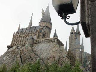 Hogwarts Castle ที่เล่นเครื่องเล่น Harry Potter and the Forbidden Journey พาคุณเข้าไปในป่าที่น่ากลัวและลงสนามแข่ง Quidditch ข้างในมีรูปพูดได้และอื่นๆที่อ่านในหนังสือ ชอบมาก