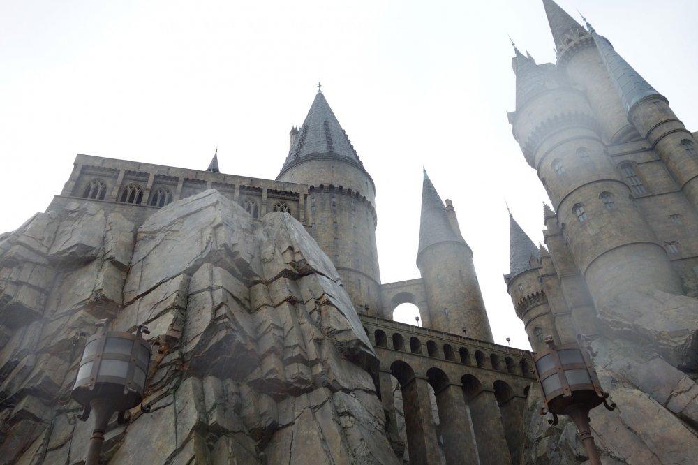 ขออีกมุมของ Hogwarts Castle ข้อเสียคือพอใช้บัตรเบ่งได้อยู่ในนั้นแป้บเดียว ร้านขายของก็ต้องต่อแถวยาวกว่าเครื่องเล่นอีก รอไม่ไหว