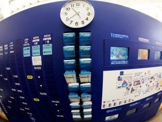 На входе стоит справочное табло, где есть расписание разных шоу и информационные буклеты об аквариуме.