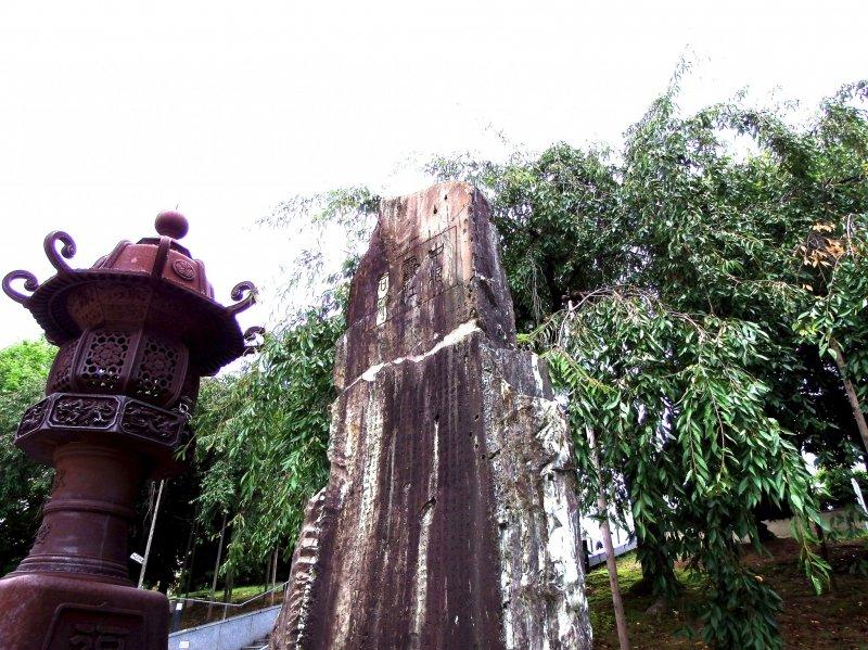 거대한 등불과 기념비