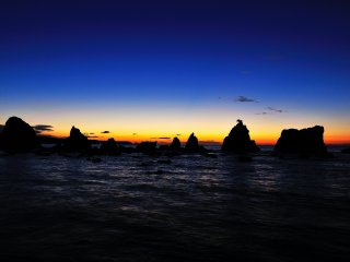 Hashigui Rocks at the crack of dawn. There is a parking lot just in front of the rocks on the beach, and you can enjoy the magnificent view from your car