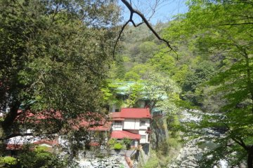 On the way down into the valley, you'll pass by two inns; Yamato-ya (大和屋) and Taisei-kan (対星館). Keep following the path, cross a bridge and turn left. After that, the course becomes a simple mountain path.