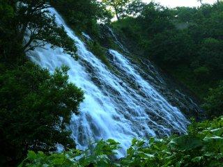 Les chutes Oshin-koshin ne tombent pas verticalement, mais glissent le long de la roche