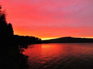Un magnifique ciel rosé se reflète sur le lac Akan