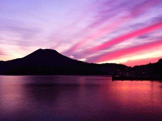 Derrière le Mont Oakan, le ciel se pare de bandes violettes