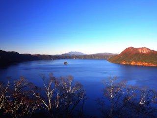 Le lac Mashu à la lumière de la fin d'après-midi... Le lac Mashu dans la brume est tout aussi beau que sous un ciel limpide!