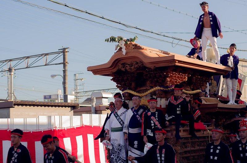 <p>Neighbourhood teams pull their danjiri (floats) through the streets of Kishiwada, vying for glory.</p>