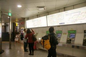 มองหาสถานีที่ถูกต้อง ตรวจสอบค่าโดยสารสำหรับจุดหมายปลายทางจากตารางค่าโดยสาร