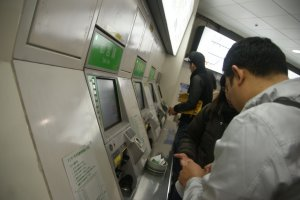 ชำระค่าโดยสารตามจำนวนที่ระบุบนหน้าจอด้วยธนบัตร หรือเหรียญ ใส่เงินตามจำนวนที่ระบุเข้าไปในเครื่อง ถ้าใส่เงินเกินเครื่องก็จะทำการทอนเงินให้
