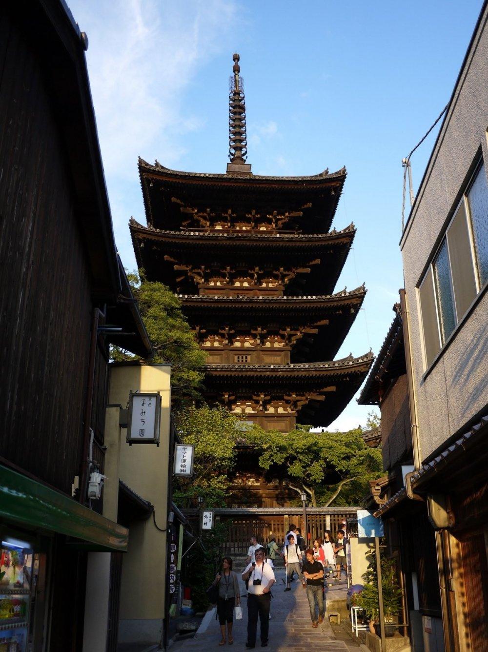La pagode Yasaka domine la rue