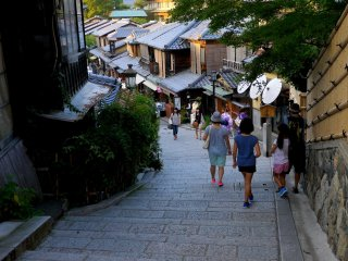 Des rues pittoresques descendent du temple Kiyomizu