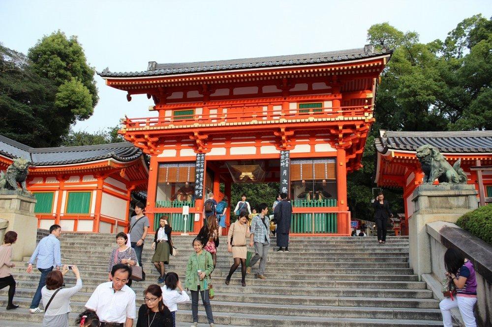 야사카 신사, 서쪽의 산문인 누문. 명응 6년(1497년)의 건립이다.서루문이라고도 한다.본전의 서쪽, 용죠거리 끝에 세운다. 키리즈마 건축의 누문(2층건물문)으로, 나라의 중요문화재