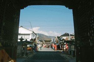 Jalan masuk menuju Sanmon gate, yang kanan-kirinya dipenuhi oleh pertokoan.