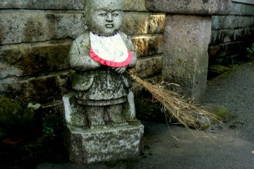 <p>Little sweeper statue</p>