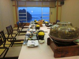 아름답게 꾸며져있는 단체 전용의 식당 방.정교하게 준비되어 있는 일본 전통 음식을 음미할 수 있다.