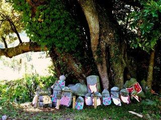 Những bức tượng Ojizo dưới tán cây ở giữa hư vô